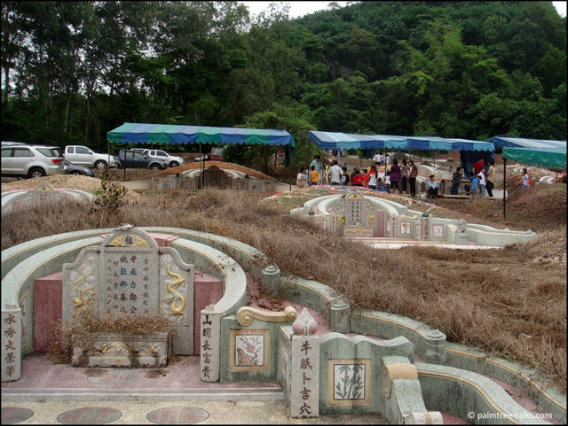 On Qingming, the otherwise serene cemetery changes into a busy, noisy place. Tents are pitched up as a sun protection, hundreds of cars bring in visitors and food, exploding firecrackers urge people to cover their ears, and the smell of burning spirit money fills the air.